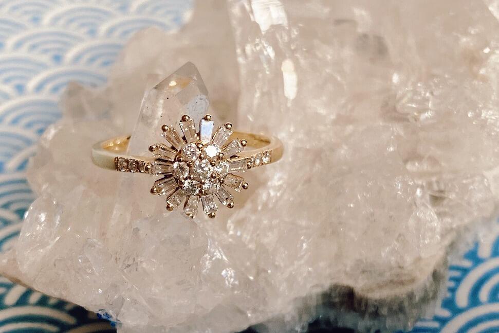 Ring von Siss Bliss auf weißem Stein